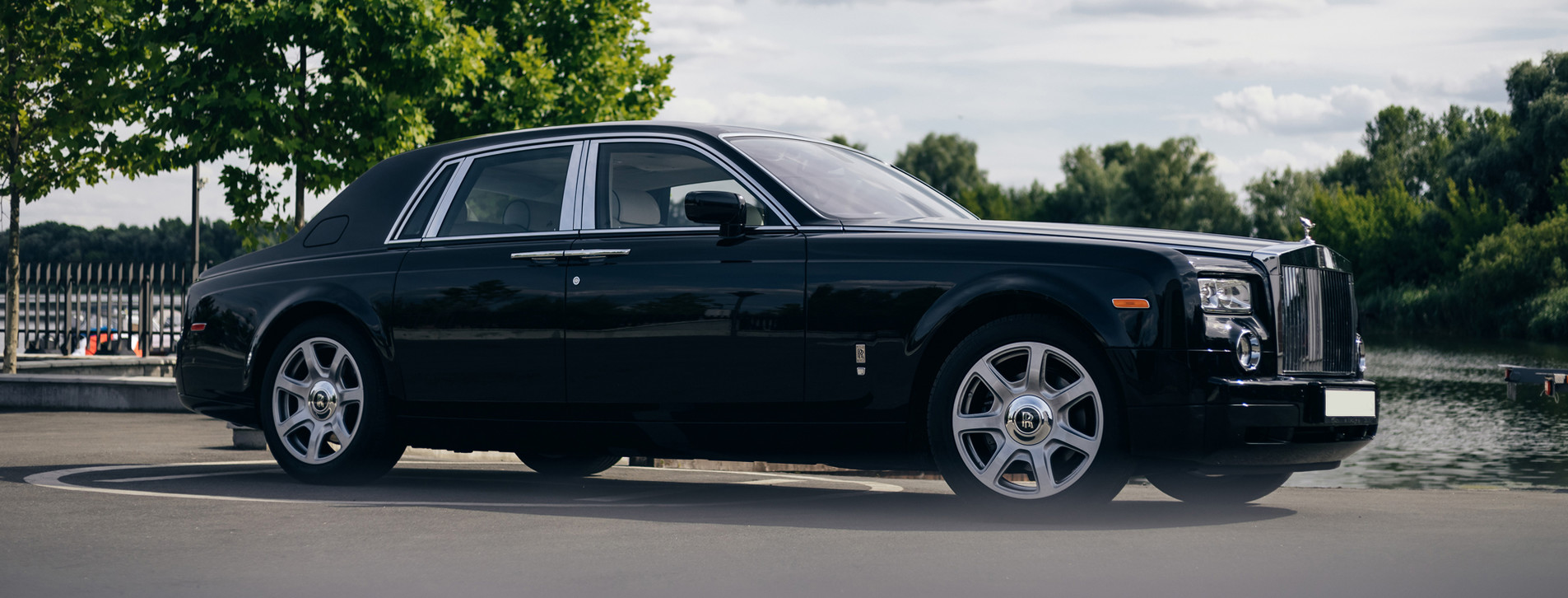 Фото - Rolls-Royce Phantom с водителем