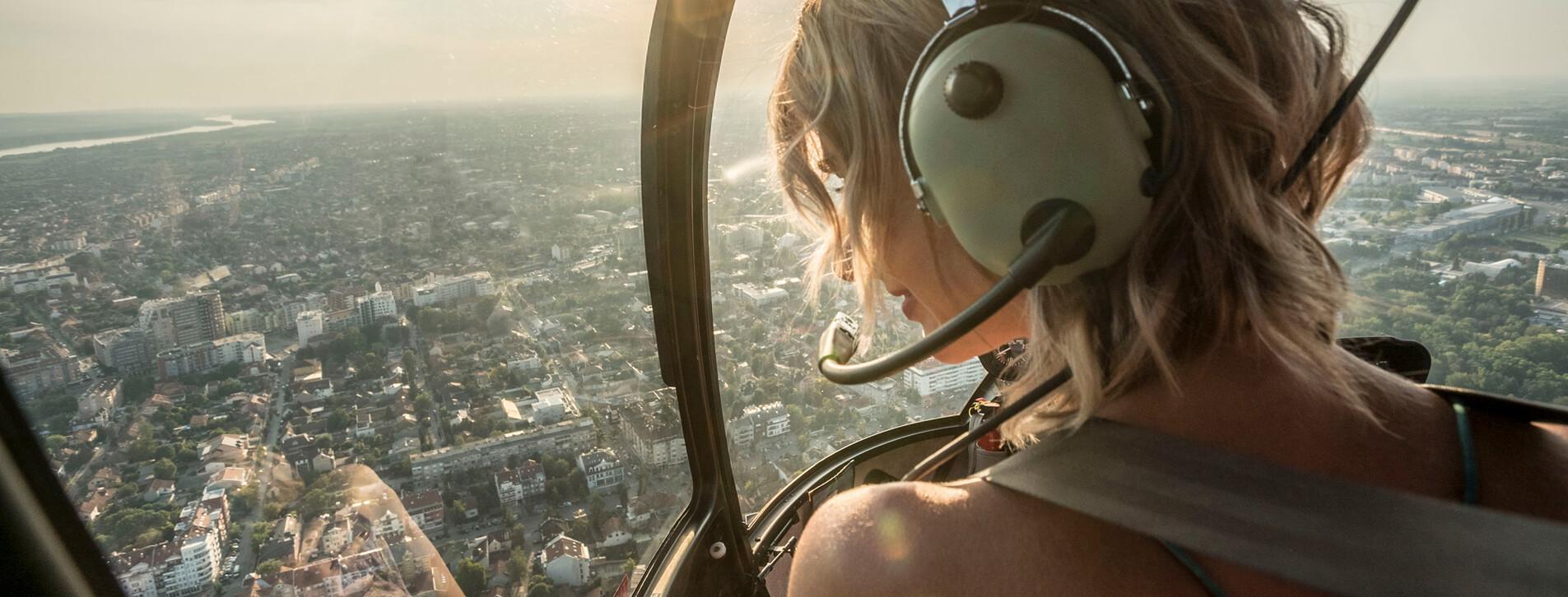 Фото 1 - Полет на вертолете Robinson R22 над мостами Киева