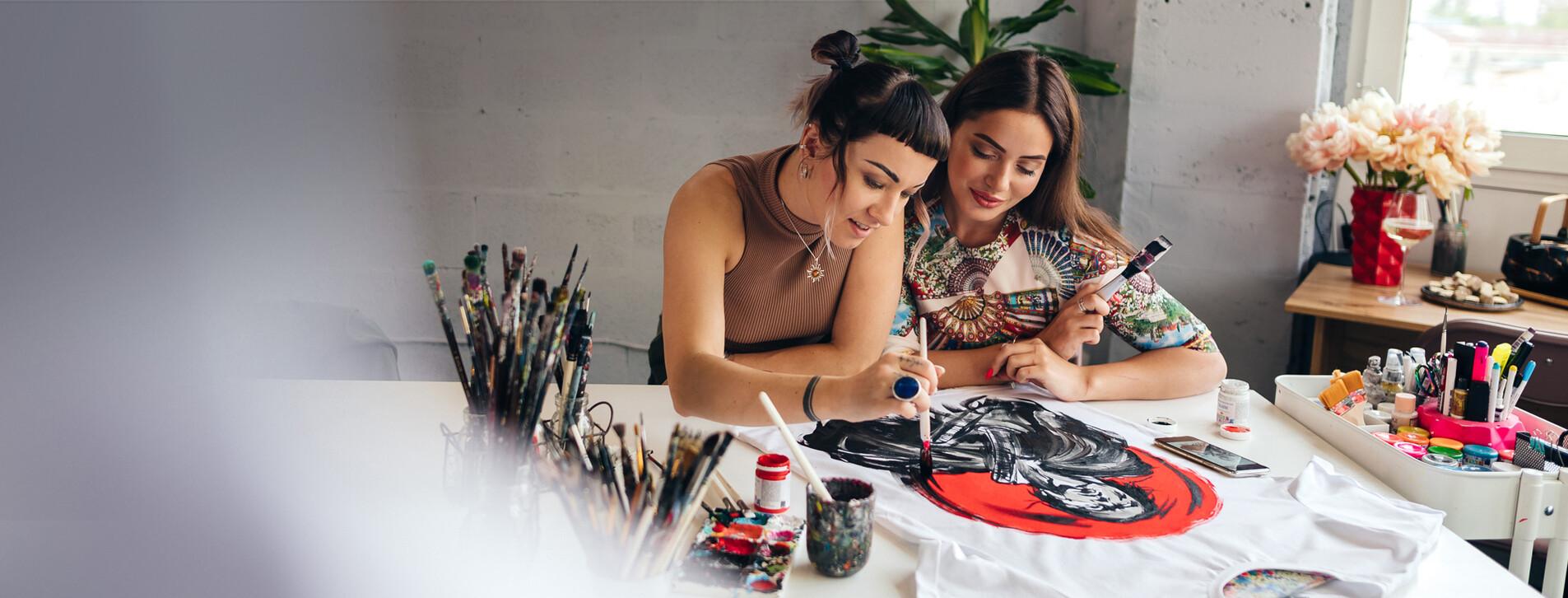 Фото 1 - Мастер-класс росписи одежды для двоих